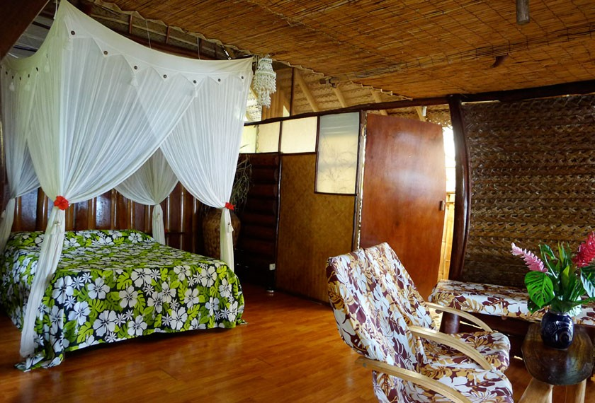 Bedroom of a bungalow at the Guest House Tupuna in Huahine Island