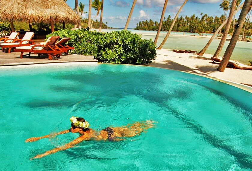 Woman swimming in the infinite pool of the Tahaa resort