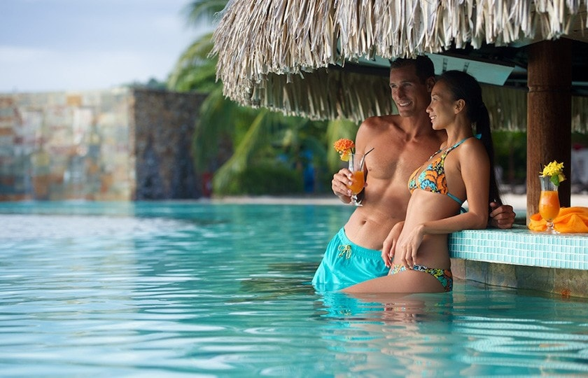 Couple at the pool bar of the hotel Manava Suite Tahiti